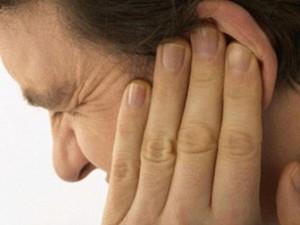 Лечить уши антибиотиками опасно