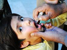 Пакистанская полиция и врачи насильно прививают детей от полиомиелита