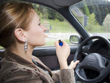 Курение за рулем опаснее вдыхания выхлопных газов, установили эксперты