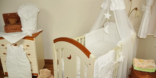 Балдахин на детскую кроватку: за и против