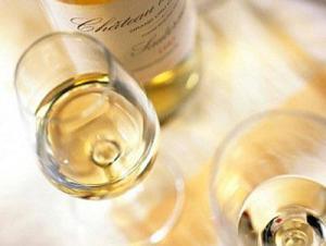 Медики рассказали о вреде белого вина для кожи
