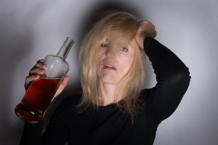 Женский алкоголизм: особенности течения и терапии