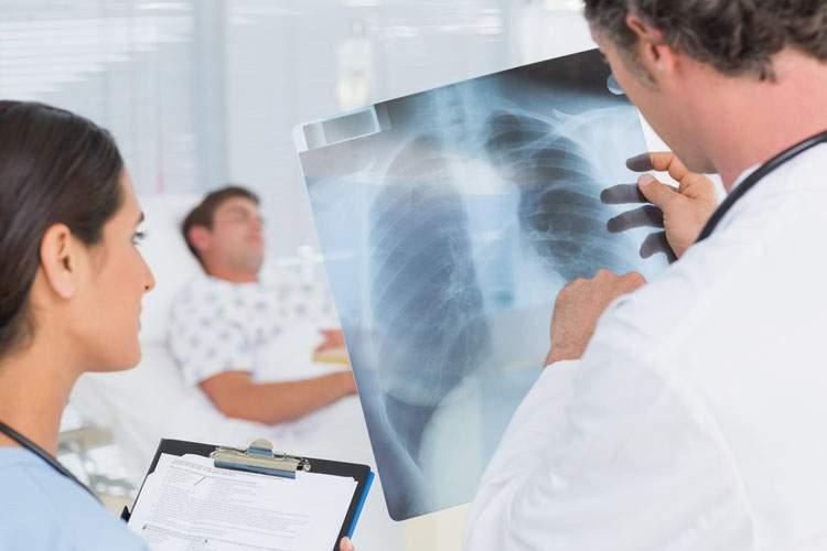 Названы первые симптомы воспаления легких