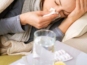 Медик: Грипп лечат всего двумя препаратами, разрекламированные таблетки лишь облегчают состояние