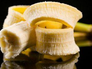 Врач рассказала, как избавиться от боли в горле при помощи банана и моркови