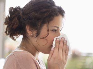 При простуде надо употреблять легкоусвояемые углеводы, меньше сахара и цитрусовых, больше воды и исключить алкоголь