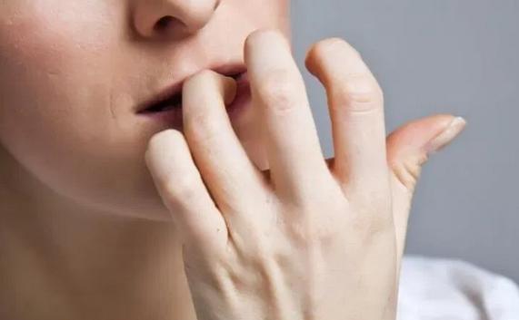 Привычка грызть ногти грозит коронавирусом