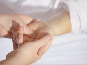 Коронавирус способен сохраняться на коже 9 часов
