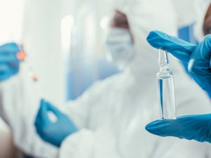 Слабость и озноб: врач рассказала о побочных эффектах прививки от COVID-19