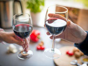 Красное вино защищает от коронавируса: правда или миф