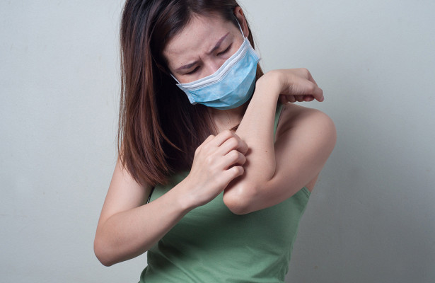 Врач сообщила о хронической кожной болезни, развивающейся у перенесших COVID-19