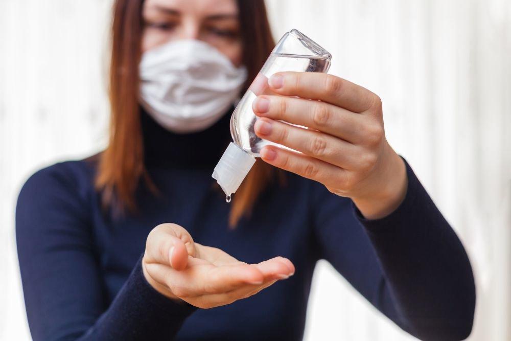 Медики рассказали, как правильно наносить антисептик на руки против коронавируса