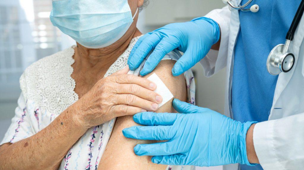 У 11% людей с ослабленным иммунитетом не вырабатываются антитела после вакцинации от COVID-19